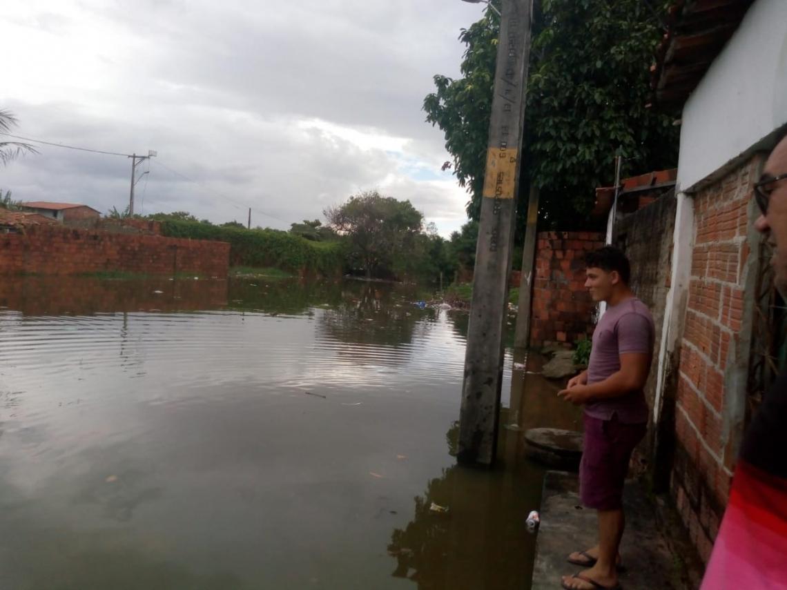 Nível da água na barragem do Rio Cocó começou a subir na manhã deste domingo (Foto: WathsApp/ O POVO)