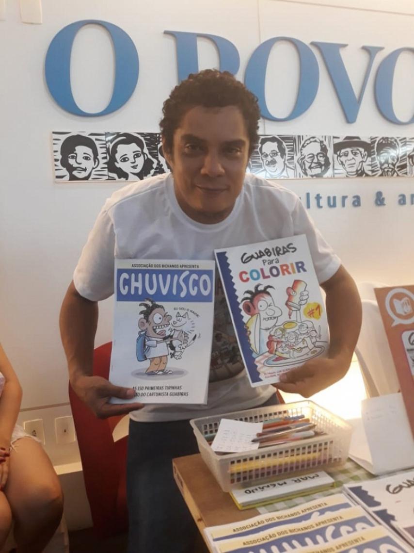 O cartunista do O POVO, Carlos Henrique Guabiras, 40, durante a feira.