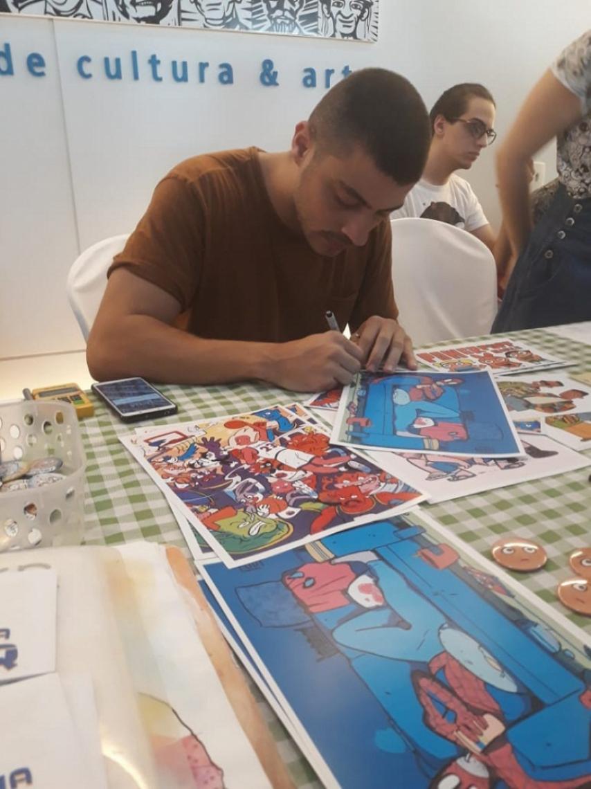 O ilustrador e designer gráfico, Paulo Moreira, 26, durante a Feira Livre de Quadrinhos (FLQ).