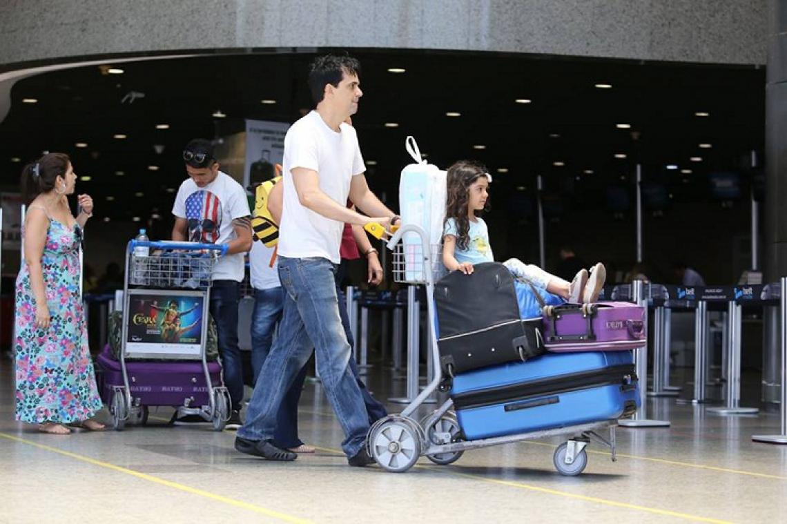Os projetos de leis em tramitação abordam o direito do consumidor de se arrepender em compras de passagens aéreas pela internet e proibir valores adicionais nas bagagens despachadas. (Foto: O POVO)