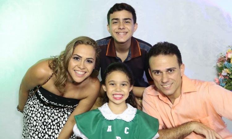 Michelline e Rafael Gondim com os filhos Samuel e Sara: diálogo em casa