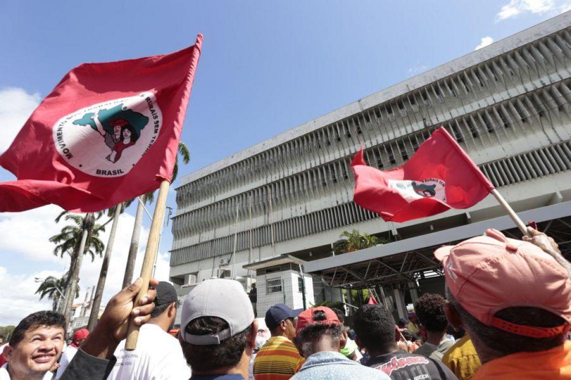 Agricultores do MST em manifestação de 2016, frente ao prédio do Incra na José Bastos (Tatiana Fortes/O POVO)