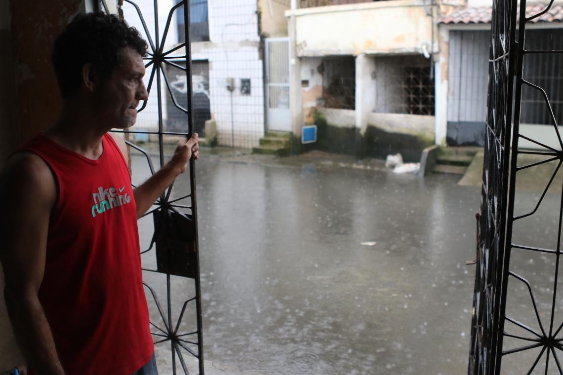 Reginaldo Alencar Alves, morador da Rua General Lima da Silva na Aerolândia que está alagada. (Fotos: Fabio Lima/O POVO)