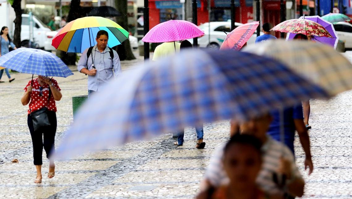 Chuvas no Centro não impediu comércio. (Fotos: Fabio Lima/O POVO)
