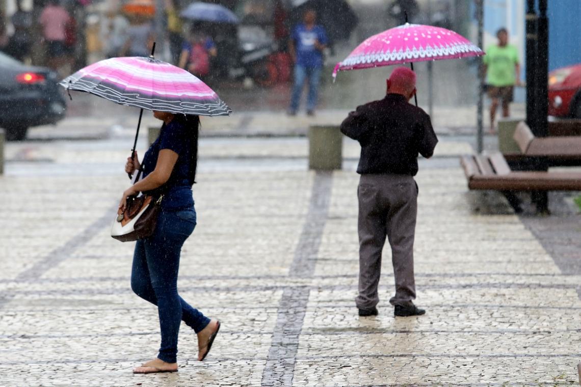 Manhã de chuva em Fortaleza nesta quarta-feira, 13 (Foto: Fabio Lima/O POVO)