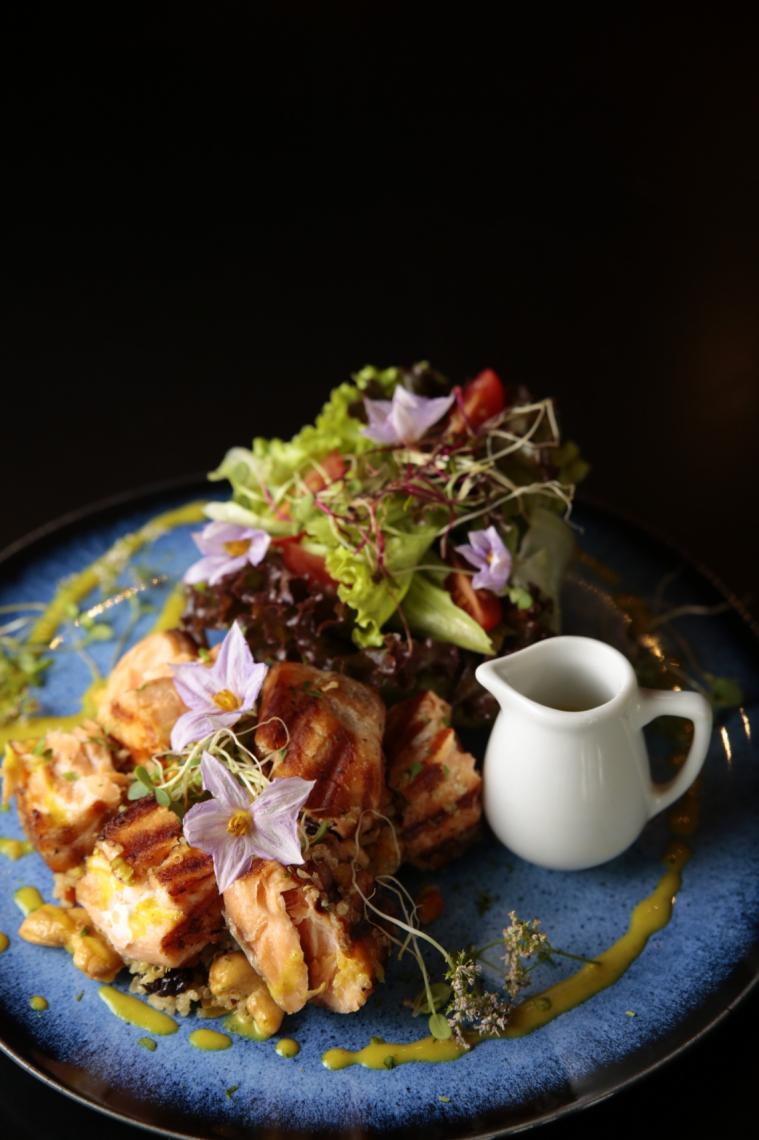 Tabele de Salmão Quinoa com mix de folhas, pimentões tostados, castanhas quinoa, salmão e molho mostarda  e mel