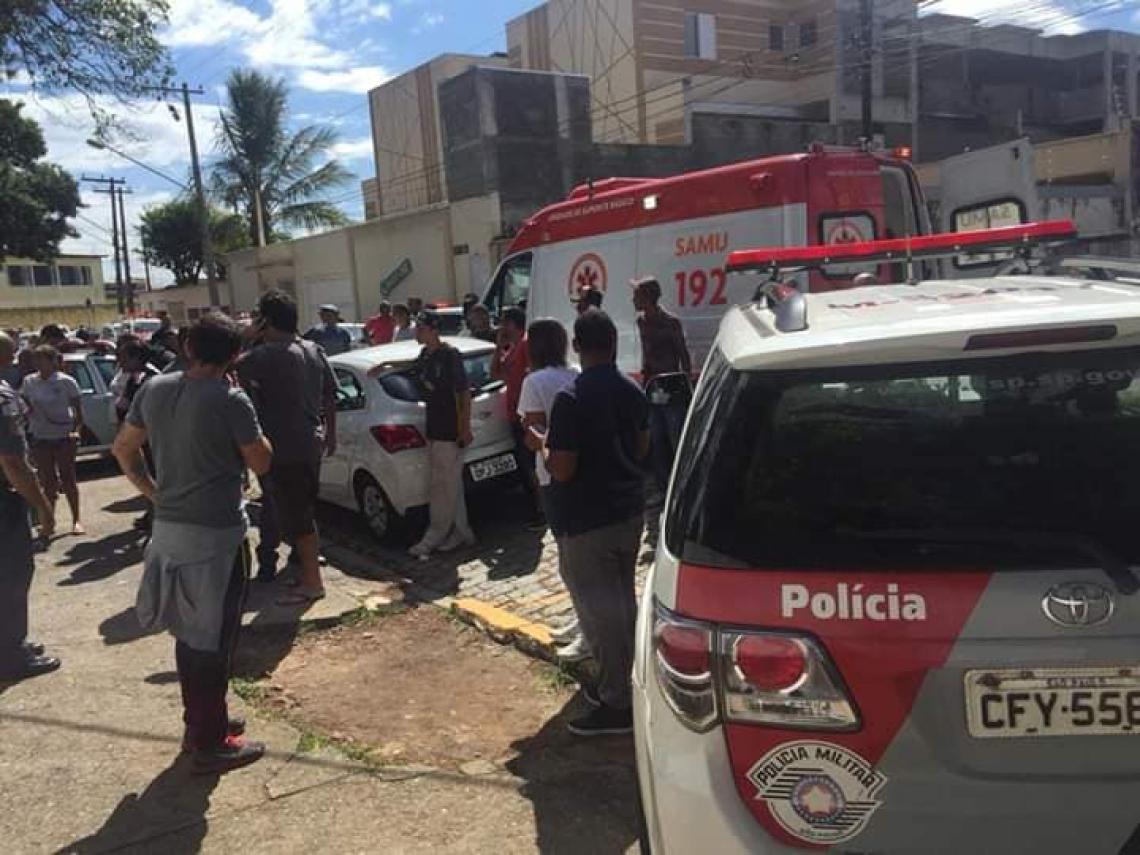 Pais, vizinhos e sobreviventes ocupam a frente da escola estadual em Suzano (Foto: Reprodução / Facebook)
