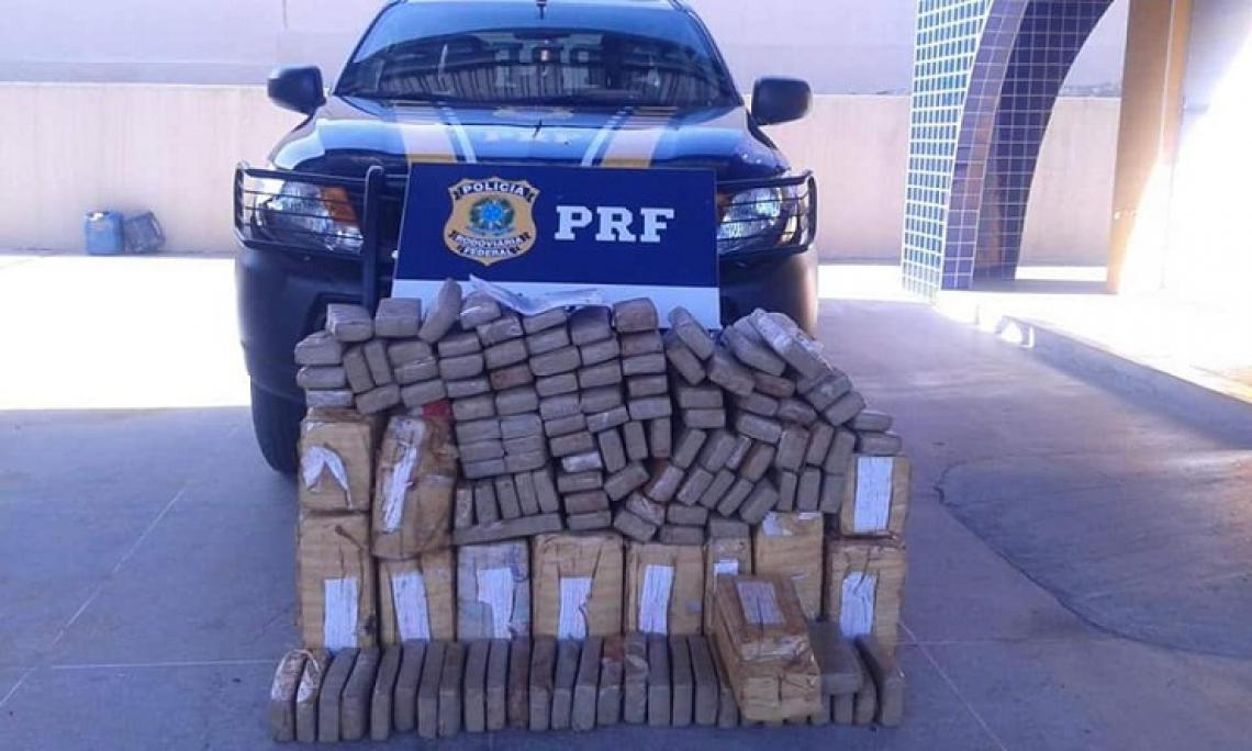 Cerca de 314,75 kg de maconha foram apreendidos na BR-116, altura do km 478, no município de Milagres. (Foto: Divulgação/PRF)