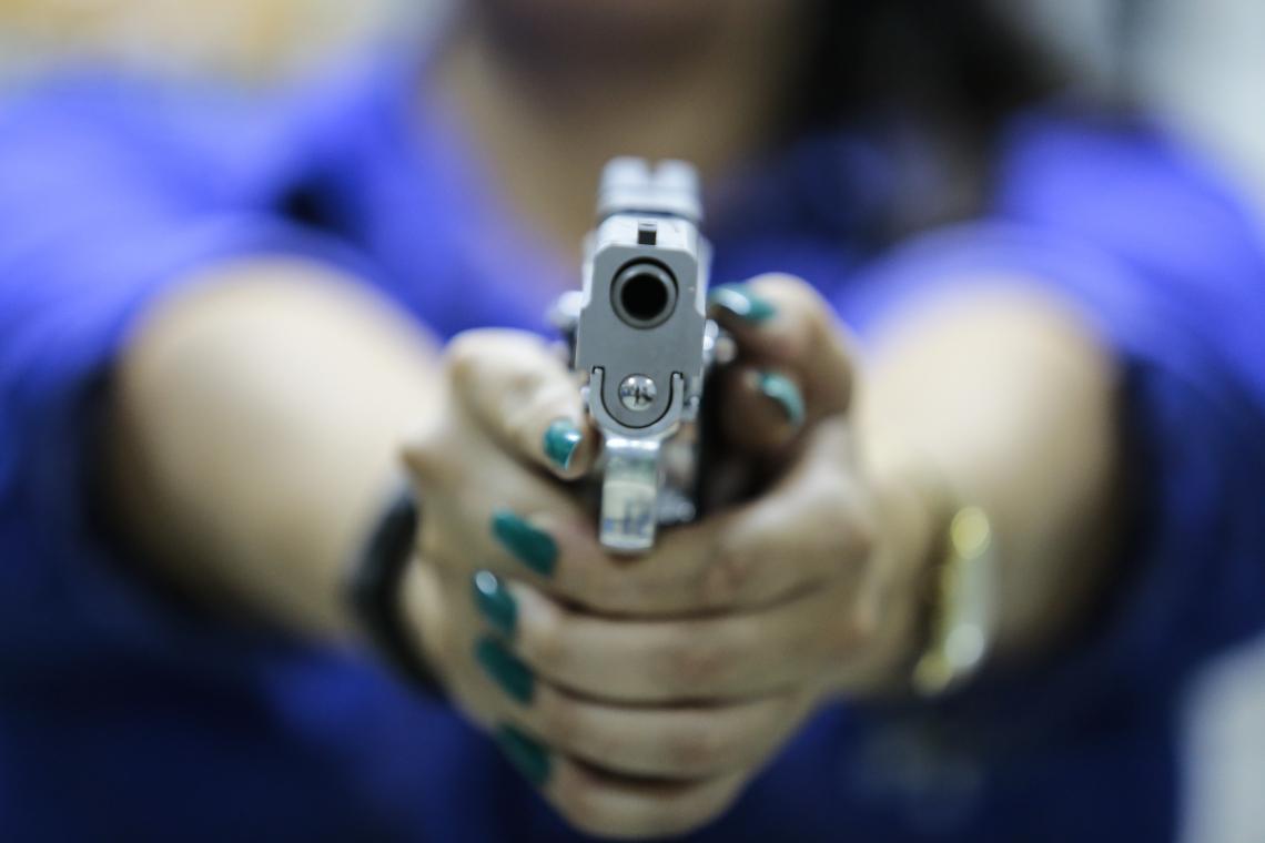 Pistolas são os itens mais procurados em clubes de tiro e lojas de arma. (Foto: Júlio Caesar/O POVO)