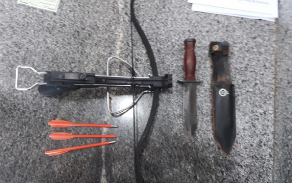 Professor usava facão e besta com cinco setas. (Divulgação/ Polícia Militar)