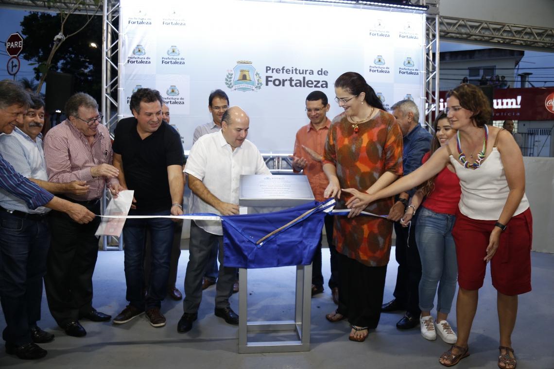 Prefeito Roberto Cláudio e Luciana Dummar, presidente do Grupo de Comunicação O POVO, durante cerimônia de inauguração da praça