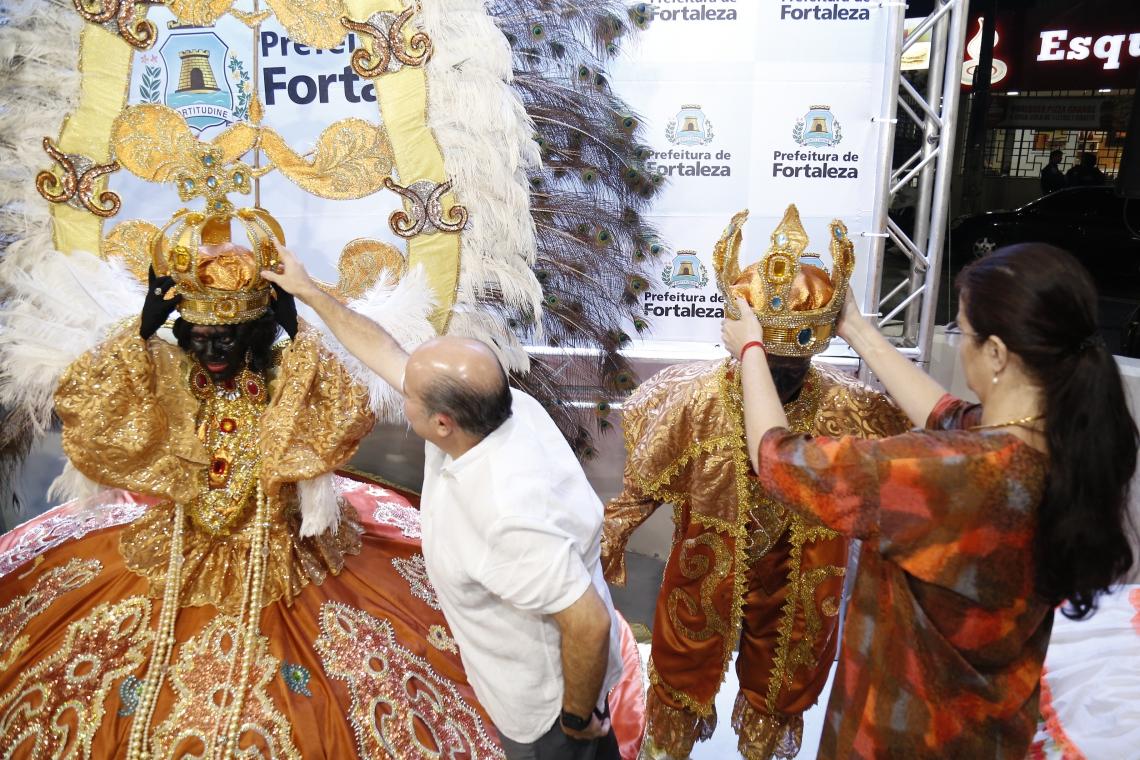 Prefeito Roberto Claudio e Luciana Dummar, presidente do Grupo de Comunicação O POVO, coroaram reis do maracatu em apresentação.