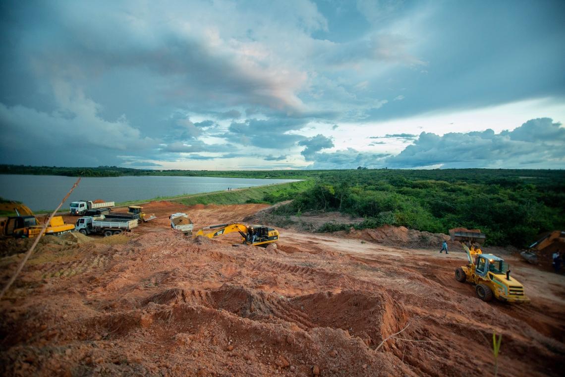 Máquinas trabalham para abertura de novo sangradouro da Barragem do Granjeiro (Foto: Aurélio Alves/O POVO)