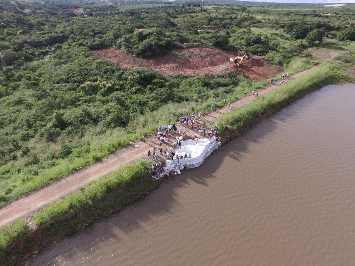 Trabalho de contenção da barragem foi feito na última semana (Emanuel Coelho/Especial para O POVO)