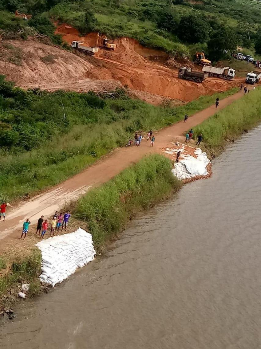 Contenção com sacos de areia foi feita durante a semana na barragem (Foto: Divulgação SSPDS)