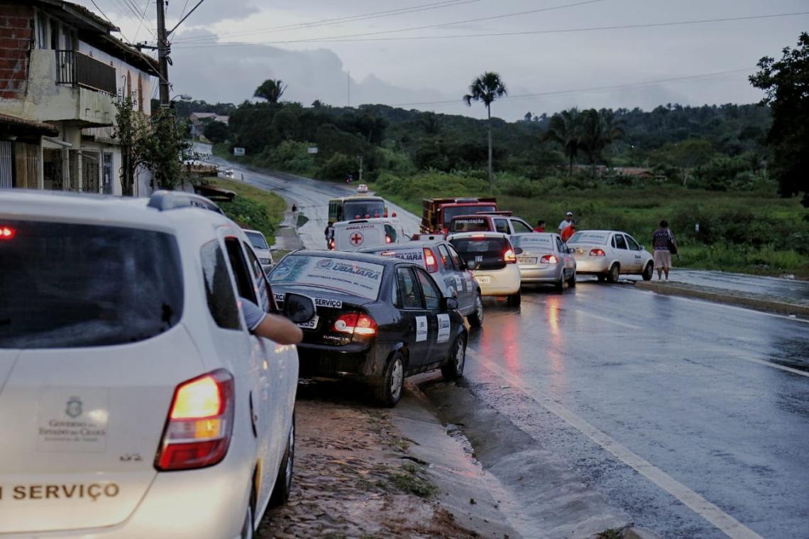 Movimento de veículos nas proximidades das comunidades (Foto: Aurélio Alves/O POVO)