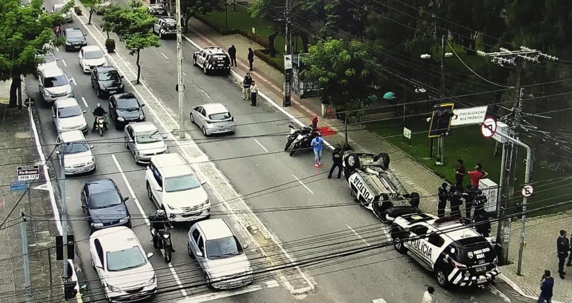 Viatura da Polícia Militar capota durante perseguição no bairro Dionísio Torres, na tarde desta segunda-feira, 18. (Foto: Via WhatsApp)