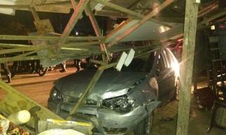 Motorista colidiu em postes, veículos que estavam estacionados no entorno da Arena Castelão e em uma calçada