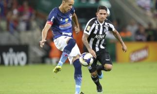 Leandro Carvalho e Derley foram expulsos no Clássico-Rei por 'incitar a confusão'