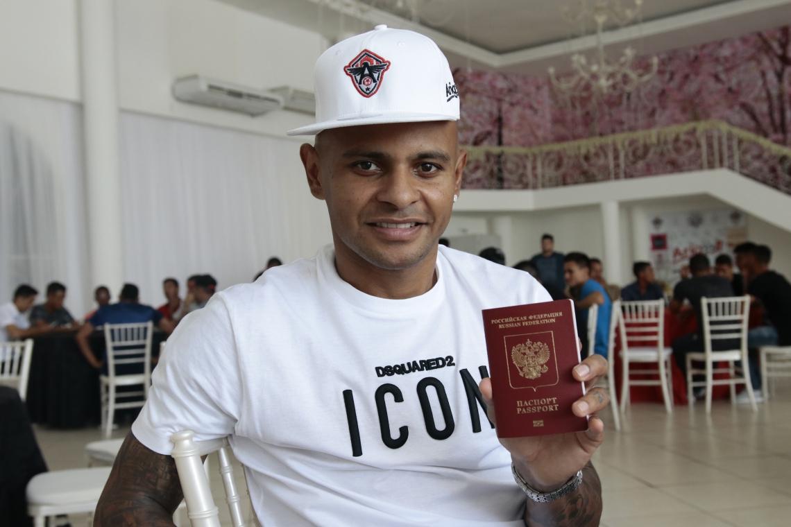 Em dezembro, Ari exibiu o passaporte russo com orgulho em Fortaleza