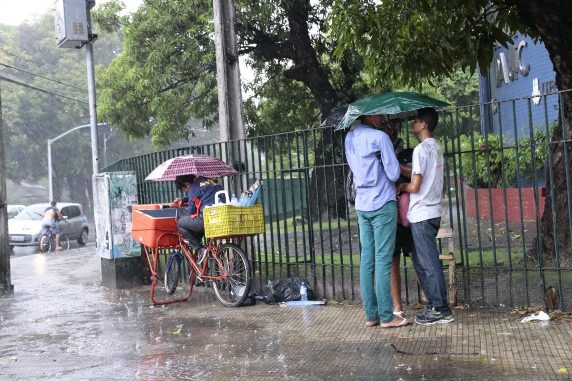 Chuva foi registrada nesta manhã em Fortaleza. Na foto, o bairro Benfica (Foto: Gustavo Simão/Especial para O POVO)