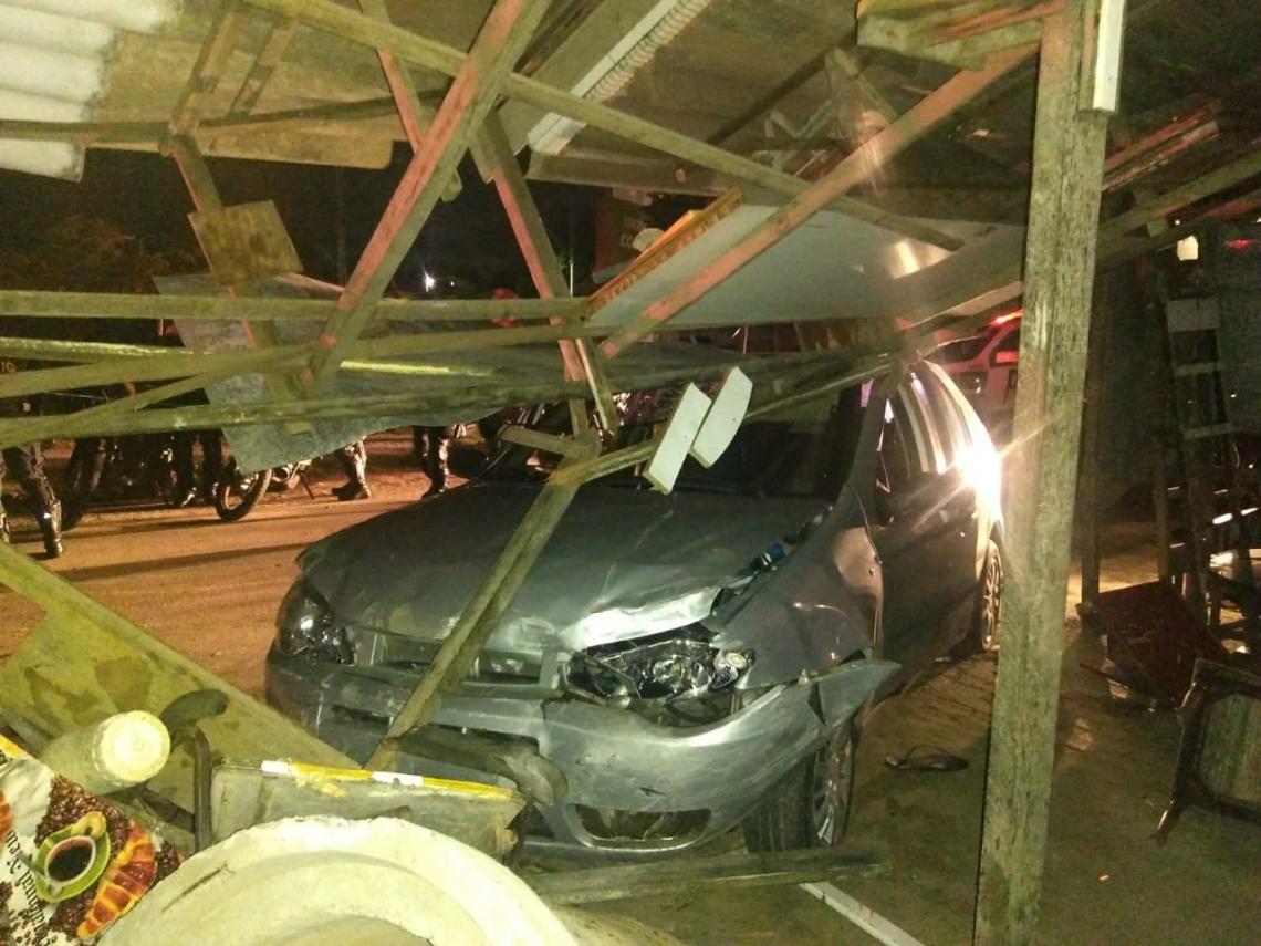 Carro ficou destruído após as colisões.