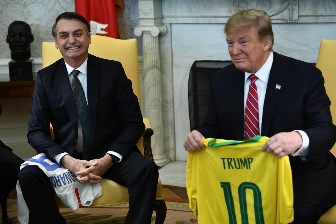 Bolsonaro deu uma camisa da seleção brasileira com o nome