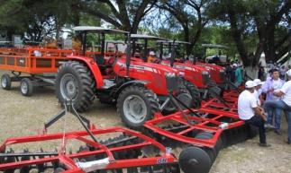 Equipamentos agrícolas foram entregues nesta terça-feira, Dia de São José (Foto: Mauri Melo/O POVO).