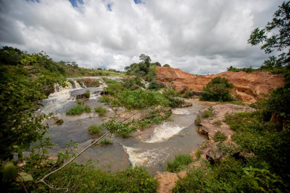 Risco de rompimento causou a remoção de famílias ribeirinhas (Foto: Aurélio Alves/ O POVO)