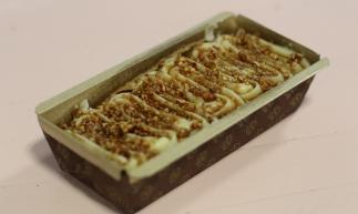 Bolo Inglês com massa de bolo amanteigada branca ou de chocolate, cobertura de leite condensado com crocante de Ninho com chocolate