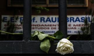 A vítima havia saído mais cedo do trabalho para levar a filha ao psicólogo. A menina é uma das sobreviventes do atentado na escola Raul Brasil, em Suzano. (Foto: Miguel SCHINCARIOL / AFP)