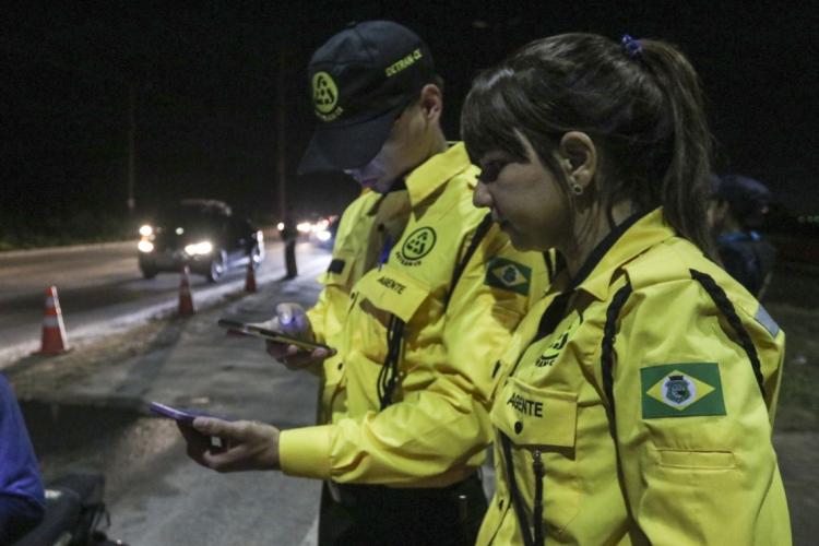 Agentes do Detran fiscalizando rodovia em Aquiraz. (Foto: ALEX GOMES)