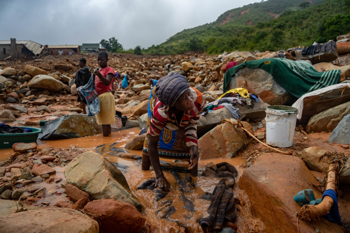 Em CHIMANIMANI, no Zimbábue, dezenas de pessoas foram mortas por deslizamentos de terra
