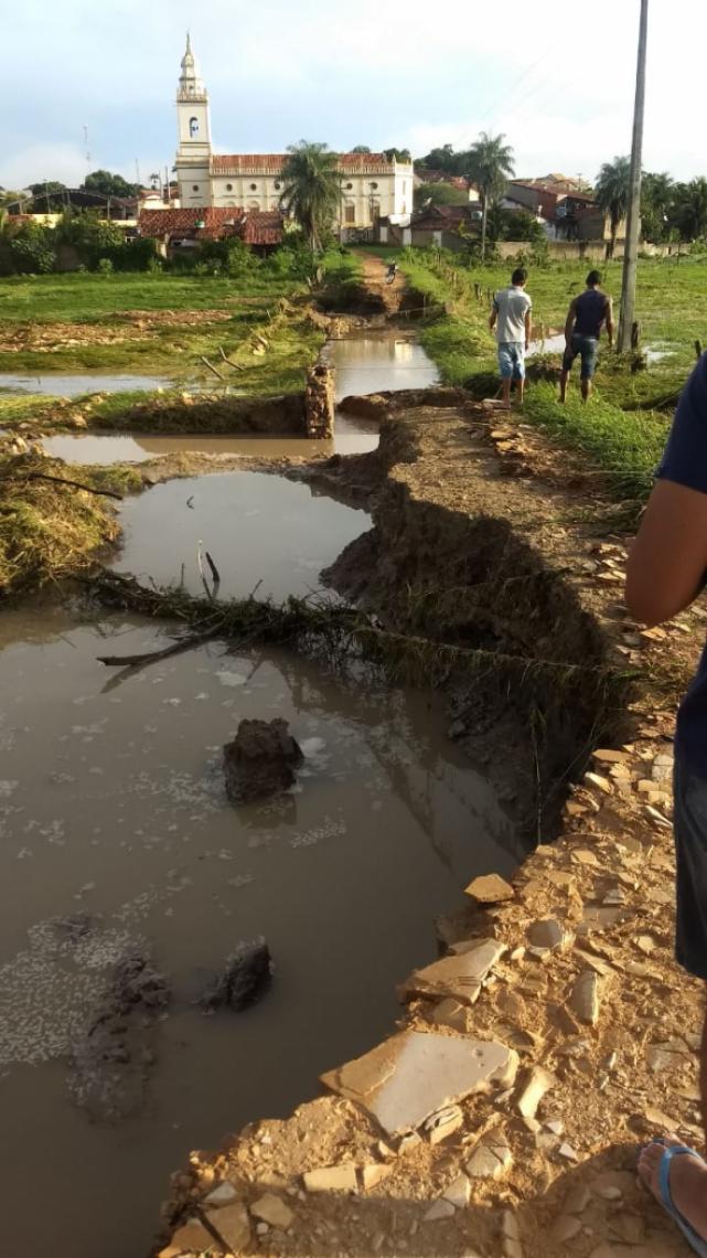 Estradas ficam danificadas após segunda maior chuva na história do município (Foto: Reprodução / WhatsApp)