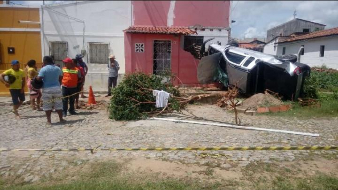O veículo capotou na CE-060 quando transportava alunos de uma escola profissionalizante.