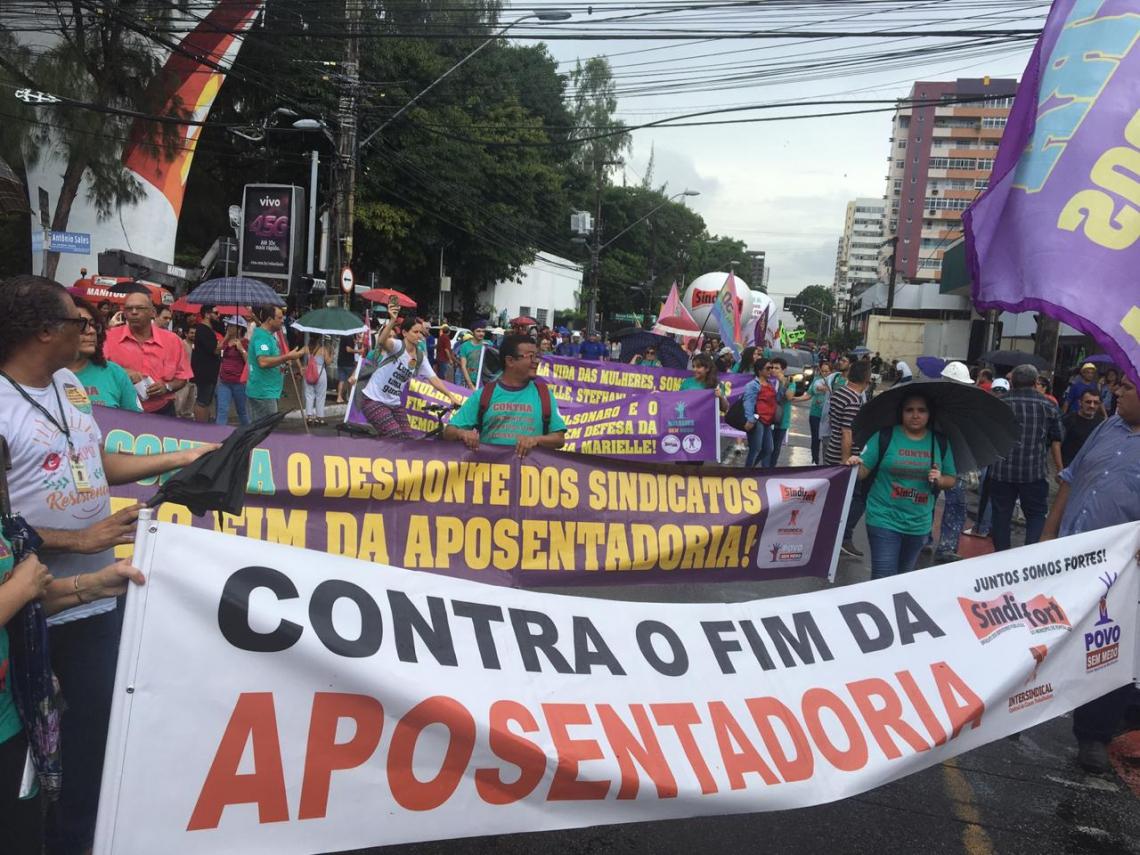 Manifestantes se reuniram na Praça da Imprensa e depois desceram pela avenida Desembargador Moreira