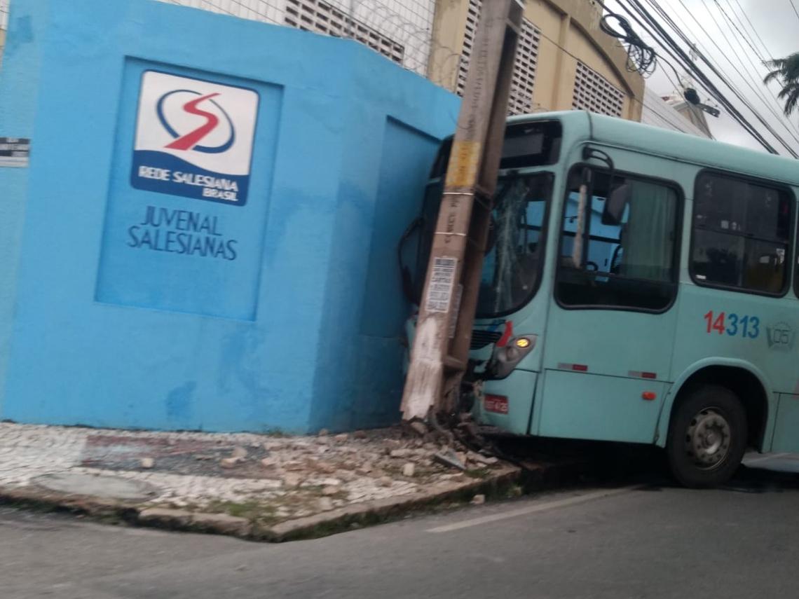Ônibus colide com poste na avenida João Pessoa. Ninguém se feriu.