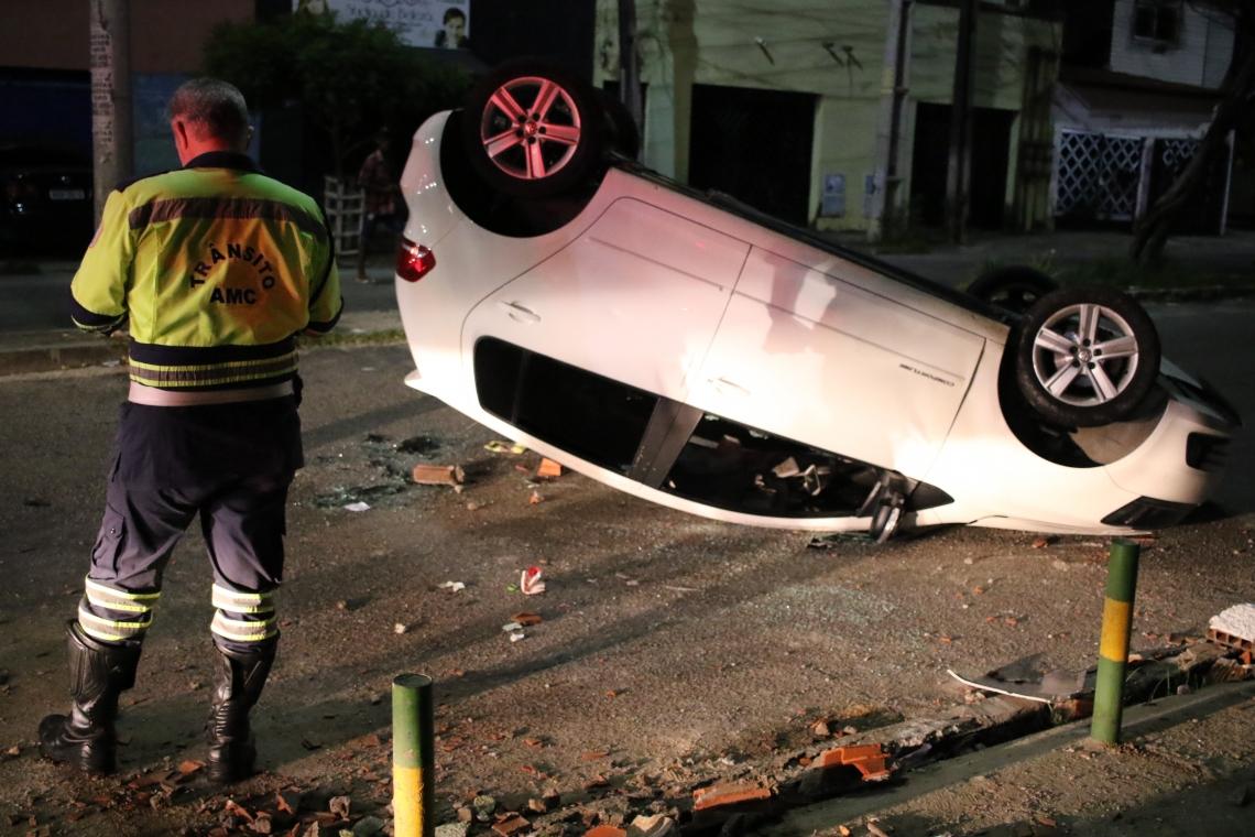 FORTALEZA, CE, BRASIL, 24.03.2019: Carro colide em poste e capota na Aerolandia.  (Fotos: Fábio Lima/O POVO)