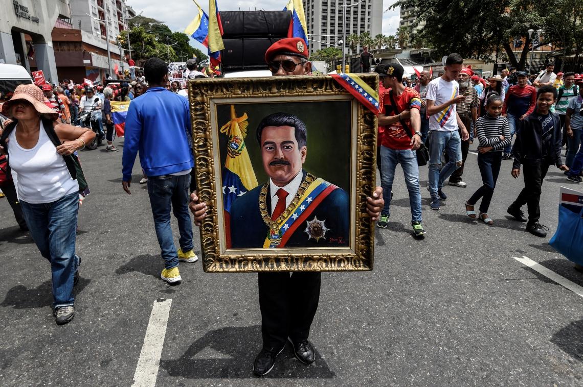 Manifestante com pintura do presidente Nicolas Maduro, em ato neste sábado, 23
