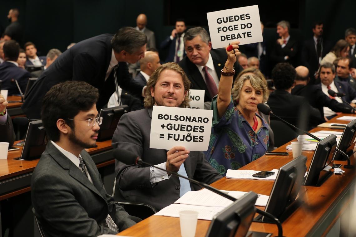 DEPUTADOS fizeram protesto contra a falta do ministro Paulo Guedes na CCJ