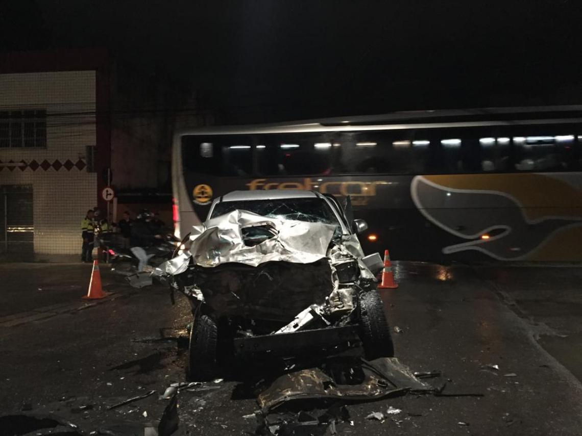 Veículo ficou destruído e quatro pessoas saíram lesionadas