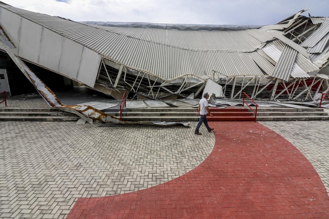 Teto da Escola Estadual de Educação Profissional Maria Ângela da Silveira Borges desaba no Bairro Vicente Pinzón, em Fortaleza