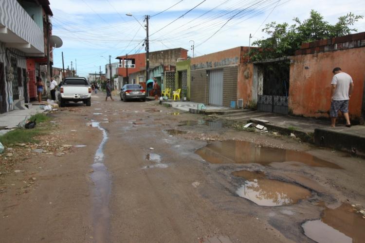 Intervenções para esgotamento sanitário serão feitas em vários bairros da Capital. (Foto: Mauri Melo/O POVO)