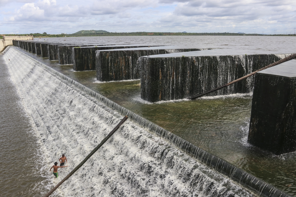 Populares se divertem na barragem do rio Cocó durante o sangramento. (Foto: Alex Gomes/O Povo)