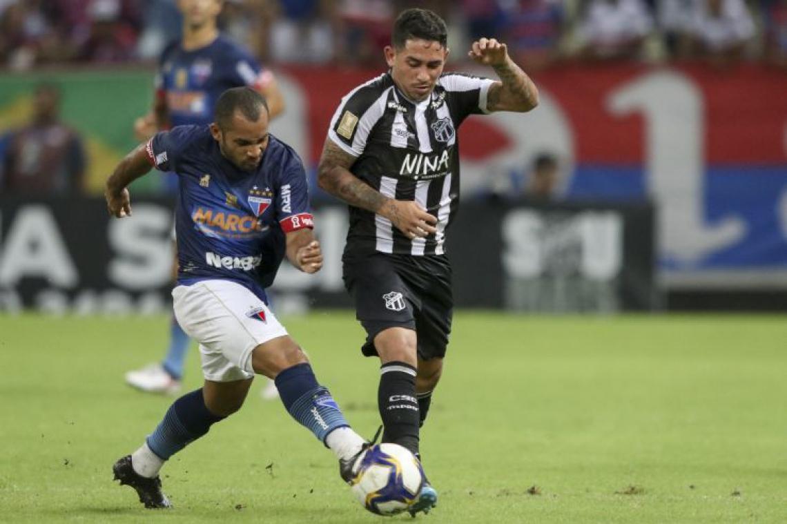Edinho e Leandro Carvalho disputam jogada em rodada da Copa do Nordeste
