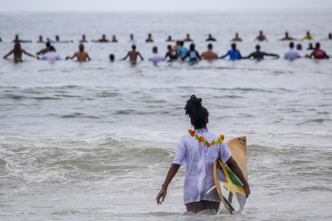 Surfistas fazem homenagem para Luzimara Souza na Praia da Leste Oeste. (Foto: Mateus Dantas / O POVO)