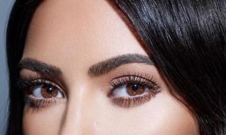 Kim Kardashian: ícone de olhar lindo e sedutor inspira muitas mulheres a fazerem a extensão de cílios