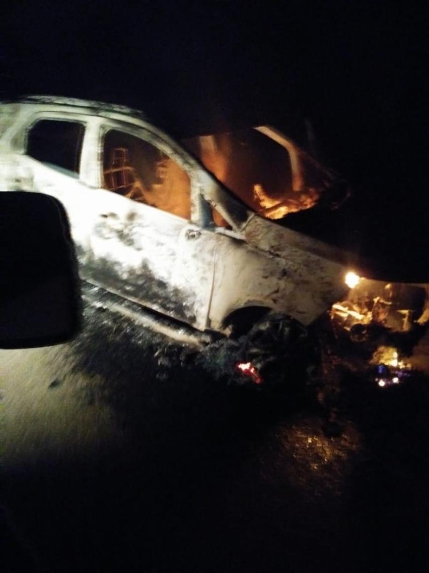 Carro foi incendiado e abandonado antes de criminosos fugirem.