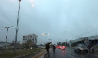 FORTALEZA, CE, BRASIL,04-04-2019: Manhã de chuva em Fortaleza. Av.Whashington Soares.   (Foto: Fabio Lima/O POVO)