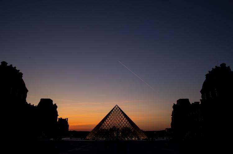 A tradicional Pirâmide do Louvre, em Paris